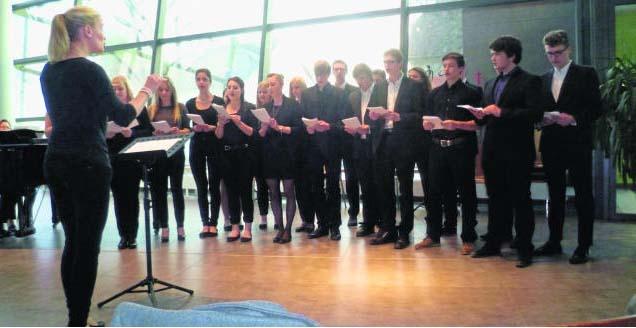 Der Kammerchor der Q11 und Q12 des Gauß-Gymnasiums unter Leitung von Raphaela Lutz sang unter anderem das